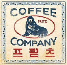 어쩐지 30년대 간판이 연상된다. 오타가 난 게 아닐까 의심되는 '프릳츠'라는 외래어 표기법도 그렇고, 빨강과 파랑으로만 연출한 색감이나 로고를 둘러싼 옛날 그릇에 찍혀있을 법한 패턴도 그렇다. 그래도 이 로고가 귀엽게 다가오는 건, 물개가 커피잔을 들고 있는 괴이한 모양새 때문이다. 자세히 들여다보면 물개는 아주 당당한 표정으로 나와 눈을 맞추고 있다. 그리고 이 물개는 계절과 시즌, 상품에 따라 다양한 차림으로 맵시를 뽐낸다. Logo Branding, Branding Design, Logo Design, Symbol Design, Brand Identity, Web Design, Retro Design, Korean Logo, Cafe Logo