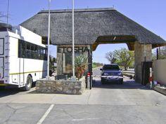 Etosha National Park gate//Le parc national d'Etosha est une grande aire protégée de Namibie située dans la région du Kunene, à 400 km au nord de la capitale Windhoek et à 125 km au sud de la frontière avec l'Angola. Wikipédia