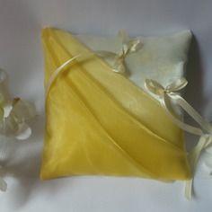 Coussin alliances ivoire drapé de voile organza jaune