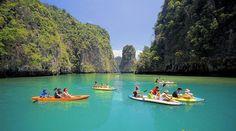 La espectacular isla de Phuket. Este centro turístico localizado en el suroeste de Tailandia en el Mar de Andaman es la isla más grande de Tailandia y posee, para muchos, las mejores playas del sudeste asiático.   Hasta los años setenta, este increíble lugar era un secreto entre mochileros, con muchas rías tranquilas y playas muy largas.
