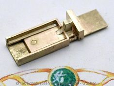 Fermoir double lame en or 18 K en cours de fabrication. Un fermoir de ce type peut durer des siècles, chacune des lames n'ayant qu'une seule vocation.