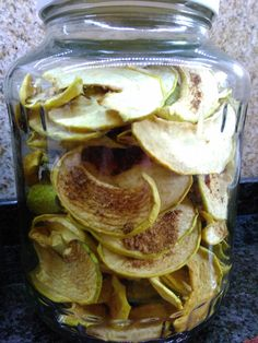 Apple chips with various spices (cinnamon, honey, vanilla, cardamom)