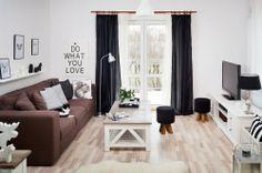 Salon w stylu skandynawskim jest bardzo przytulny. Kochamy wnętrza skandynawskie za naturalne drewno, biel i brązy. Salon jest jasny, a dzięki temu wydaje się bardziej przestronny - warto zwrócić na to uwagę, jeśli mamy małe mieszkanie w bloku.