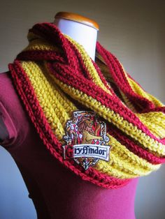 Harry Potter House Griffindor Themed Infinity Crochet Cowl and Scarf. Must learn to knit or crochet lol Crochet Scarves, Knit Crochet, Chunky Crochet, Harry Potter Crochet, Harry Potter Houses, Harry Potter Outfits, Look Cool, Crochet Patterns, Crochet Ideas