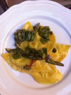 Sorelle in pentola: Tortelli di patate con asparagi verdi di Altedo