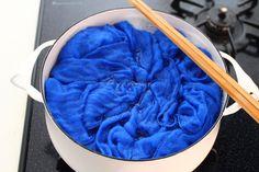 普通のお洗濯では落ちないガンコな汚れや匂い、諦めてしまってはいませんか?もしかしたら昔ながらの洗濯法「煮洗い」でスッキリするかもしれません!沸騰したお湯で煮るから確実に殺菌ができ、さらに重曹や粉石鹸の効果で汚れもどんどん落ちる「煮洗い」の魅力をご紹介します!ちょっと大変かも・・・と思っている方も、是非チャレンジしてみてくださいね♪