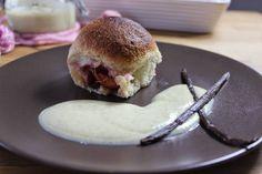Sallys Blog - Buchteln / Rohrnudeln / Ofennudeln mit Zwetschgen und echter Vanillesoße                                                                                                                                                                                 Mehr Hamburger, Food And Drink, Bread, Meals, Baking, Cake, Ethnic Recipes, Desserts, Blog