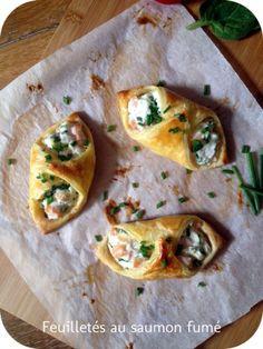 """feuilleté saumon ricotta - 3 carrés de pâte feuilletée de 7cm sur 7cm environ - 1/4 de pot de ricotta - 2 tranches de saumon fumé - 1 petit bouquet de ciboulette - poivre - ail en semoule - 1 jaune d'oeuf Cuisson : 20"""" à 200°:"""