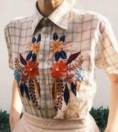 *idea para vender ropa vieja con bordados Old button-down with new folk embroidery 🌿 via Embroidery Designs, Folk Embroidery, Learn Embroidery, Embroidery Fashion, Vintage Embroidery, Indian Embroidery, Embroidery Stitches, Look Fashion, Diy Fashion