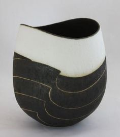Black & white oval pot with dipped rim & wave design, 18 x 15 x 12cms.