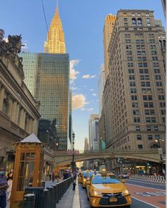 New York Life, Nyc Life, City Aesthetic, Travel Aesthetic, Aesthetic Light, Cream Aesthetic, Empire State Of Mind, City Vibe, City That Never Sleeps
