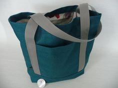 Deze shopper/schoudertas is gemaakt van mooie soepele meubelstof.  Warm groen buiten, taupe-roze met een vakje op de buitenkant.  Het is een stevige tas, waar veel in kan.  En heeft verschillende mooie deelnaden.  Hij is ook te bestellen in maat, afwerking en kleur naar wens.  www.atelierlecoq.nl