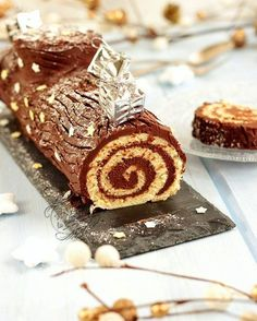 Traditional Yule log rolled with . - rolled chocolate log Informationen zu Bûche de Noël roulée traditionnelle au chocolat facile et r - Winter Torte, Chocolate Log, White Chocolate, Cookie Recipes, Snack Recipes, Christmas Breakfast, Pumpkin Spice Cupcakes, Köstliche Desserts, Food Cakes