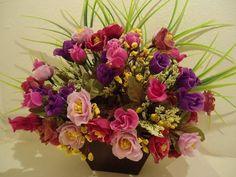 Vaso de parede -P . Em MDF, revestidoem Imbúia,flores permanemtes. OBS: COMPRANDO 2 VASOS VOCÊ PAGARÁ MUITOOOOOOO POUCO A MAIS DE FRETE! R$ 55,99