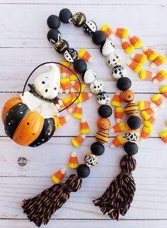 handpainted vintage halloween garland with black & orange tassels. Halloween Beads, Halloween Garland, Fall Halloween, Halloween Crafts, Halloween Decorations, Fall Decorations, Halloween Stuff, Happy Halloween, Wood Bead Garland
