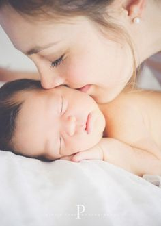 Newborn photography | New baby close up | Photo idea | Photography | Kisses from Mommy | Mom and her new baby