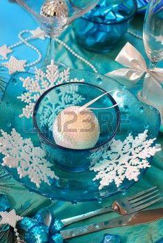 decoraci n de mesa de Navidad de elegancia con copos de nieve de vidrio color turquesa tazones y bla Foto de archivo