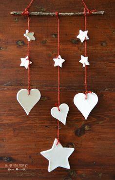 Decorazioni di Natale fai da te con la pasta modellabile al bicarbonato, perfetta per le mani dei bambini.
