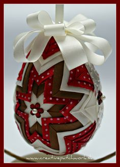 Easter is coming, get inspired, and find out more around beautiful self made decorations! Quilted Fabric Ornaments, Quilted Christmas Ornaments, Christmas Balls, Easter Crafts, Holiday Crafts, Styrofoam Crafts, Clear Ornaments, Ornament Tutorial, Christmas Decorations To Make