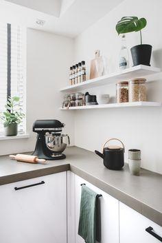Vanaf nu staan álle items uit Tessa& huis op onze interieur wish list. Ikea Kitchen Interior, Kitchen Decor, Kitchen Dining, Rustic Kitchen, Microwave In Kitchen, Best Kitchen Designs, Kitchen Trends, Kitchen On A Budget, Kitchen Flooring