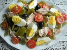 escurrir las judias verdes y mezclar con los huevos ,tomates ,aceitunas y el atun y rociar con aceite y vinagre