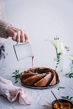banana rhum cake w/ vegan coconut caramel . Amazing Food Photography, Cake Photography, Caramel Vegan, Banana Bundt Cake, Sweets Recipes, Desserts, Spring Cake, Gateaux Cake, Brunch