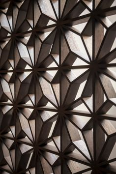 Texture and Pattern // modern wood screen at the Urban Jungle, Augsburg, 2014 - photographed by Armin Fischer Graphisches Design, Deco Design, Wall Design, Pattern Design, Divider Design, Architecture Details, Interior Architecture, Interior And Exterior, Wall Patterns