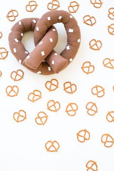DIY Pretzel Pillow OH MY GOODNESS I NEED TO MAKE THIS RIGHT NOW!!! AHHHHHHHHHH