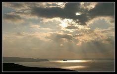 #Bretagne #Finistere à la Pointe du Van : soleil sur la Pointe du Raz #phare #lighthouse © Paul Kerrien  http://toilapol.net