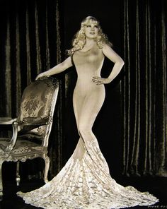 When life gives you curves...FLAUNT them #maewest #curves