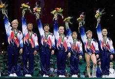 El equipo de gimnasia femenina de los Estados Unidos en las Olimpiadas de Atlanta 1996 pasó a la historia como The Magnificent Seven. La razón: Por primera vez en la historia el equipo de gimnasia de EEUU ganaba la medalla de oro.