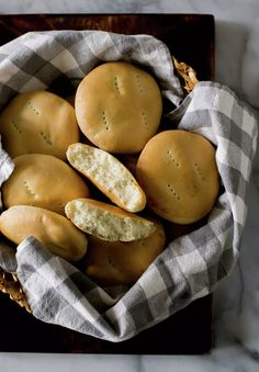 A treat, a delicious country bread. Chilean Bread Recipe, Chilean Recipes, Chilean Food, Chilean Empanada Recipe, Latin American Food, Latin Food, Bread Recipes, Cooking Recipes, Cooking Time