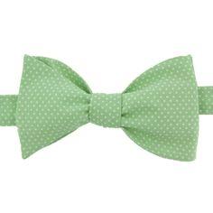 Mettez un peu de douceurdans votre tenue avec ce noeud papillon Vert Amandeà petits pois blancs, sa couleur pastelfera merveilleavec un costume foncé dans les tons de gris ou bleu. Le Colonel l'avoue, c'est un de ses coups de coeur ! 100% Coton Taille unique, forme classique, réglable grâce à 4 pressions, du S au XL. À faire et défaire à volonté ! Pour parfaire votre tenue, optez pour la pochette assortie ;) A partir de 45 euros d'achat, la livraison est offerte en France