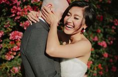 Свадебная фотосессия. Свадебные идеи для фотосессии жениха и невесты.      5. Кто не любит эту веселую и сладкую позу? Подробнее: http://thesvadba.ru/articles/10-idej-dlya-svadebnoj-fotosessii