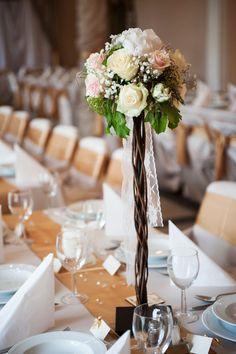 Esküvői asztaldísz - dekoráció rózsából és rezgőből indás állványon. | Megtetszett? Akár tőlünk is bérelheted: http://eskuvoidekor.com/spd/382747/Gyertyatarto-allvany-eskuvoi-asztaldisz