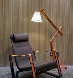 Luminária de Madeira: Tutorial com 9 Passos 59 Inspirações Lindas Rustic Floor Lamps, Wood Lamps, Chair Upholstery, Furniture Restoration, Lamp Design, Lamp Light, Wood Crafts, Light Fixtures, Home Office
