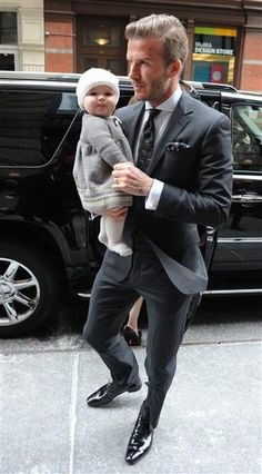 Stylish Dadyy with the cutest baby. David Beckham with his little daughter. So adorable ! Suit Fashion, Girl Fashion, Mens Fashion, Gorgeous Men, Beautiful People, Reggie Bush, Hot Hunks, David Beckham, Dress Codes