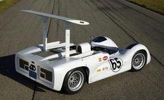 Chaparral 2E Chasis de aluminio diseñado basado en el Chevrolet 2C, siguiendo la teoría aerodinámica aplicada por Jim Hall una vez más al mundo de carreras para el campeonato inaugural de 1966 de la Can-Am. El 2E estableció un paradigma que prácticamente definió a todos los coches de carreras construidos hasta entonces. Fue con su sorprendente apariencia, sus radiadores se trasladaron desde la ubicación tradicional en la nariz a dos vainas canalizadas a ambos lados de la carroceria