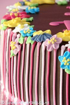 Pretty cake!  love the royal icing flowers!  #frosting #decoration
