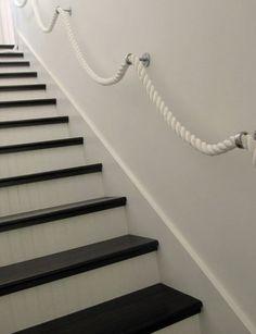 Een heel leuk alternatief voor een normale trapleuning is een trapleuningtouw. Dit is een trapleuning gemaakt van een dik touw..