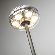 Lámpara de alta calidad para exterior con revestimiento plástico. Este modelo es resistente a los golpes, por lo que es ideal para su jardín. Es muy fácil de instalar, simplemente debe clavar la estaca en el suelo. La lámpara ilumina hacia abajo desde sus 75 cm. Su fácil instalación y su altura hacen que este modelo se pueda colocar entre los setos. Incluye los LED y el cable con protección de exterior. Tan sólo se debe enchufar y queda listo para su uso.