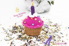 """Herzlichen Glückwunsch liebe Petra! Unsere Chefin Petra hat heute 14.05. Geburtstag und das feiern wir indem wir ein Cupcake häkeln! Durch die fröhlichen Farben, die glitzernde Kerze und der Spieluhr mit der Melodie """"Happy Birthday"""", kommt man sofort in Feierlaune! Lesen Sie schnell weiter für die gratis Anleitung."""
