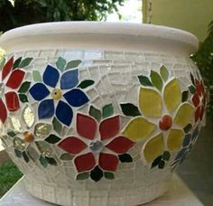 Mosaic pot More:A nice potnice design for along top of wallLove the clear tiles Mosaic Planters, Mosaic Garden Art, Mosaic Vase, Mosaic Flower Pots, Mosaic Tiles, Mosaic Crafts, Mosaic Projects, Mosaic Madness, Stone Mosaic