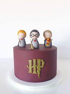 Harry Potter birthday cake / Peace of Cake - - Lecker - first birthday cake-Erster Geburtstagskuchen Harry Potter Desserts, Bolo Harry Potter, Gateau Harry Potter, Harry Potter Birthday Cake, Harry Potter Food, Harry Potter Theme, Peace Of Cake, Fondant Cakes, Cupcake Cakes