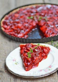 Les gourmandises d'Isa: TARTE FINE AUX FRAISES RÔTIES ET AU THYM Tart Recipes, Sweet Recipes, Cooking Recipes, Dessert Recipes, Graduation Desserts, Tarte Fine, Roasted Strawberries, Food Club, Sweet Desserts