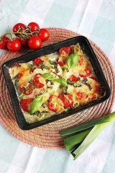 1 piece of mozzarella leek 4 small or 2 large tomatoes lemon juice salt pepper Fresh basil leaves Quick Easy Meals, Easy Healthy Recipes, Vegetarian Recipes, Dinner Side Dishes, Oven Dishes, Good Food, Yummy Food, Happy Foods, Mozzarella