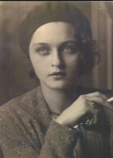 Corinne Michael West - was an Abstract Expressionist woman painter. She was also a poet, actress and writer. Portrait of Michael West (Corinne West), by Jon Boris - 1930 vintage fashions style sweater beret hat looks Vintage Pictures, Old Pictures, Vintage Images, Old Photos, Cincinnati, Diy Instagram, Foto Face, Jolie Photo, Vintage Photographs