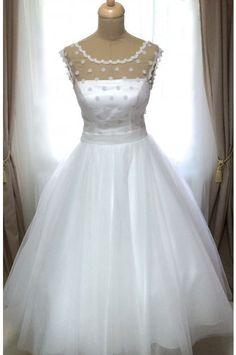 Svatební šaty s puntíkatým živůtkem a tylovou sukní