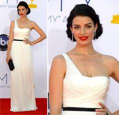 Jessica Paré é a linda de Mad Men! Não costumo amar vestidos brancos assim em tapete vermelho, mas curti o dela. É simples e chique, mas com uma beleza dessa, não precisa de muito esforço!