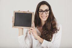 Chica guapa con gafas y pizarra Foto Gratis